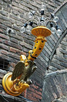 Siena, Italia - lampione in Contrada dell' Aquila