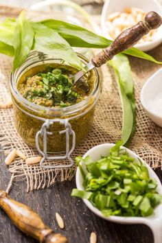Bärlauchpesto aus jungem und zartem Bärlauch ~ Pesto from young and delicate wild garlic