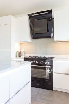 Handleless German Nolte Kitchen in Lux Gloss White with Matrix Art under counter lighting and a marble worktop. White Gloss Kitchen, White Marble Kitchen, White Kitchen Cabinets, Kitchen Appliances Brands, Under Counter Lighting, Best Kitchen Lighting, German Kitchen, Bespoke Kitchens, Kitchen Photos