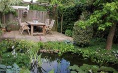 Ook in een kleine tuin kan een grote natuurlijke vijver worden gemaakt. In dit ontwerp loopt de vlonder van het terras door tot boven de vijver.