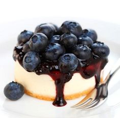 cheesecake with blueberries Blueberry Torte, Blueberry Cheesecake, Blueberry Farm, Cheesecake Cups, Just Desserts, Dessert Recipes, Canned Blueberries, Strawberry Recipes, Blueberry Recipes