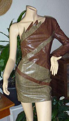 Du willst auffallen mit einem ausgefallenem Kleid? Dann nimm dieses hier. Es ist aus den 70ziger Jahren und aus Kunstleder in Schlangenoptik.