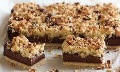 Čokoládový koláč Těsto: 300 ghladká mouka 150 gmáslo 4 lžícemoučkový cukr špetkasůl 1 bal.vanilkový cukr 1 lžičkaprášek do pečiva 1 ksvejce Náplň: 1/2 lmléko 2 bal.čokoládový pudink 70 gkvalitní hořká čokoláda 7 lžickr. cukr 80 gmáslo 5 lžiccelé jadérka lískových ořechů