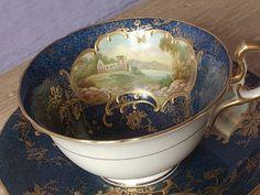 Šálek na čaj * bílo modrý porcelán s malovaným obrázkem a zlatou dekorací.