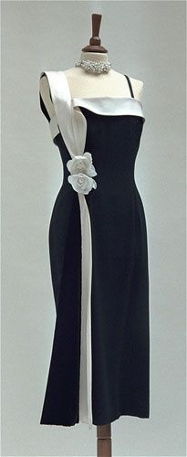 1954 Sorelle Fontana short evening dress created for Elizabeth Taylor in double wool crepe and silk black with side panel in black velvet and white silk Mikado continues the shoulder and in the border of the neckline.