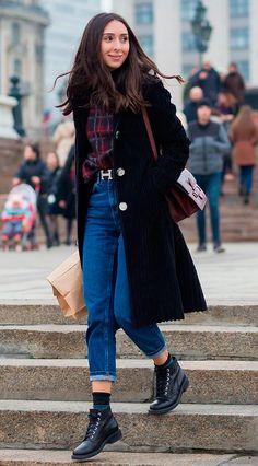 Street style look camisa zadrez, calça jeans e maxi casaco preto.