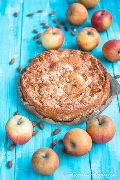 Ein bodenständiger Kuchen, der schnell gemacht ist und unglaublich lecker ist! Saftiger, fluffiger Teig, knusprige Kruste und fruchtig im Geschmack.