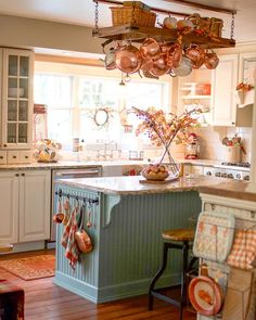 Traditional country kitchens are a design option that is often referred to as being timeless. Over the years, many people have found a traditional country kitchen design is just what they desire so they feel more at home in their kitchen. Classic Kitchen, New Kitchen, Kitchen Ideas, Kitchen Trends, Kitchen Layout, Kitchen Hacks, Kitchen Designs, Warm Kitchen, Minimal Kitchen