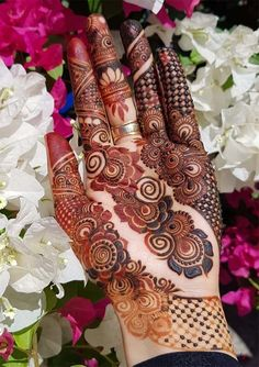 Cutest designs of bridal or wedding mehndi arts and designs for every girl to wear nowadays. See here many awesome henna arts to convert your hands' look into modern beauty. Khafif Mehndi Design, Floral Henna Designs, Indian Henna Designs, Mehndi Designs 2018, Mehndi Designs For Girls, Mehndi Designs For Beginners, Modern Mehndi Designs, Dulhan Mehndi Designs, Mehndi Design Pictures