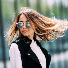 Ihr wundert euch, dass die Strähnen so schnell rauswachsen oder die Tönung im Haar so glanzlos aussieht? Wir klären auf, was ihr in eurer Haarroutine falsch macht.