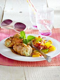 Rollatini mit Frischkäse-Minze-Füllung und Mango-Erdnuss-Salat
