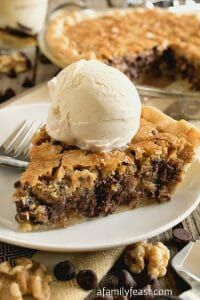Toll House Chocolate Chip Pie - All of the classic flavors of Toll House Chocolate Chip Cookies in a warm, dense, fudgy cookie pie! recipes Toll House Chocolate Chip Pie - A Family Feast® Baking Recipes, Cookie Recipes, Dessert Recipes, Chocolate Chip Pie, Dessert Chocolate, Giant Chocolate, Chocolate Cookies, Chocolate Bourbon, Chocolate Morsels