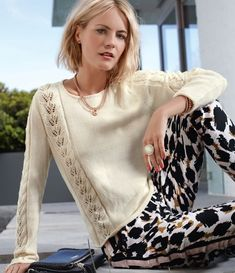 Элегантный джемпер с полосами ажурного узора - Вязаные модели спицами для женщин