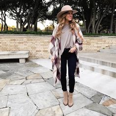 How to look stylish with comfy clothing – Just Trendy Girls Blanket Scarf Outfit, Neutral Tops, Streetwear Fashion, Autumn Winter Fashion, Winter Outfits, Street Style, Clothes For Women, Stylish, My Style
