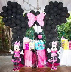 Balloon Backdrop at a Minnie Mouse Party #balloon #minniemouse