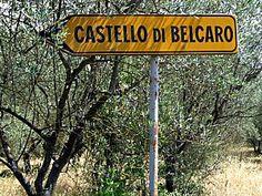 Un panneau parfois réserve des surprises : Bonnes ou mauvaises, amusantes ou défaitistes..... Je ne vous dirai pas comment était celle-ci, mais le Château de Belcaro est cité dans un guide touristique écrit il y a 40 ans...
