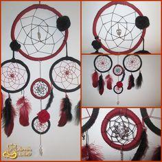 Caça sonhos com 22cm (arco maior) .  Tema : Dia dos Mortos * Material : Correntes , medalhas de caveiras , trapilho , linha , penas e flores feitas em crochet :D Preço :30€