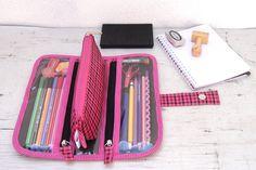 Estojo Pandora contem 03 compartimentos para lápis, canetas,borracha etc...sendo um deles um estojo triangular que pode ser usado separadamente. Ele é preso na base por fechos imantados <br>O material externo é um xadrez sintético impermeável e acabamento em viés poá e pink <br>Por dentro é forrada com nylon acoplado e compartimentos são de plástico cristal,fechados com zípers YKK. <br>Fechamento do estojo com aba com fecho imã <br>Medidas <br>-estojo fechado -11 cm Cp x 25,5 cm L x 4 cm…