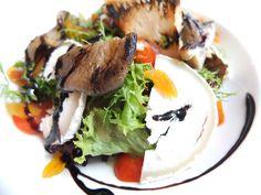 Sałatka z kozim serem, pomidorkami, grillowanym boczniakiem, kremem balsamicznym i morelą w winiaku  Salad with goat cheese, cherry tomatoes, grilled mushrooms, balsamic cream and apricot