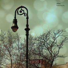 Bedford Street im Greenwich Village, Hochhäuser sucht man hier vergebens. In Sex and the City lebte Carrie Bradshaw in einem der brownstone houses. Im wirklichen Leben wohnt Sarah Jessica Parker nur eine Straße weiter. Leider bin ich ihr nicht begegnet. Und Julia Roberts auch nicht. Aber das Flair im Village habe ich intensiv wahrgenommen.  Ja, und wer liebt nicht das Design dieser Straßenlaternen dort? So richtig retro. Die Fotografie wurde von mir sorgfältig bearbeitet, so entstand der…