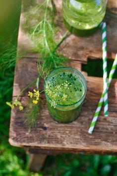 Jus vert « détox » au fenouil, citron et feuilles d'épinards Drainer Le Foie, Celery, Pickles, Cucumber, Juice, Food And Drink, Vegetables, Healthy, Smoothie