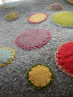 I have been working on a new tote bag. This bag is featuring applique again. I sewed many big and small (and medium) circles with wool felt ...