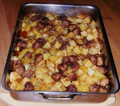 Chefkoch.de Rezept: Deutsche Hackbällchen auf italienischen Ofenkartoffeln und Tomaten