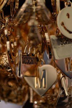 Moschino è fondata nel 1983 da Franco Moschino. Fino 1992: Moschino Jeans,  Eau de Toilette,  Marchio Cheap Chic Donna. 1993: 10 anni:  libro X anni di caos, sfilata di capi storici.  1994 Franco Moschino rilevato per Rossella Jardini.  1995: sculture coi simboli dell'azienda, con scritta Forever  (...Franco Moschino per sempre). 1999: marchio Moschino rilevato da Aeffe (boutiques in tutto il mondo) Dal 2000: Moschino SpA :stilo, immagine la superv.   distribuzione e idea  strategie…