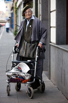 anders-anziehen: Mit Frau E. ins Café - 100 Jahre leben - In Würde altern; die Zeichen der Zeit nicht verleugnen