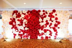 Backdrop được kết từ những bông hoa giấy nghệ thuật cầu kỳ, làm đẹp cho không gian ngôi nhà và tiệc đãi khách ngày cưới. - Ngôi sao