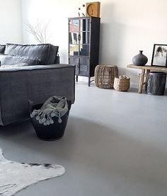Gietvloer in de woonkamer Small Living, Mid-century Modern, Ottoman, Throw Pillows, Living Room, Interior Design, Retro, Storage, Bed