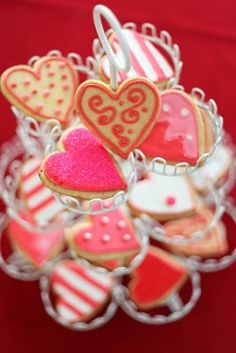 These lemon shortbread Valentine cookies are pretty, delicious and decorated with a lemon icing. Oh, and of course they are heart shaped! Galletas Cookies, Baby Cookies, Easter Cookies, Christmas Cookies, My Funny Valentine, Happy Valentines Day, Saint Valentine, Valentine Heart, Cookie Bouquet