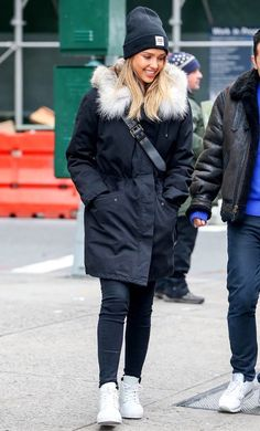 Buying a parka coat should be an easy task especially as there are hundreds of options out there and so many different styles. Here are some tips when buying the perfect parka coat. Parka Outfit, Navy Parka, Black Parka, Cold Weather Fashion, Cold Weather Outfits, Cold Weather Style, Noora Style, Winter Date Night Outfits, Look Star
