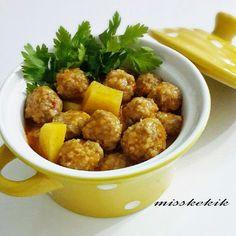 Malzemeler Köfte için: 300 gram kıyma 1 adet küçük boy kuru soğan(rendelenmiş) 1 adet yumurta sarısı 3 yemek kaşığı ince bulgur(kısırl...