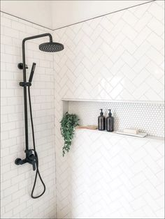 Salle de bain Lovely Industrial Farmhouse Bathroom ~Don't be Missed! Decor, Bathroom Remodel Master, Shower Style, Home Remodeling, Home Decor, House Interior, Industrial Farmhouse Bathroom, Modern Shower, Bathroom Decor