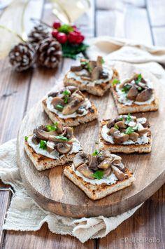 Sfiziosi #crostini con #funghi saltati in padella, crema di ricotta e olio tartufato, idea #antipasto per le #feste #ricette #antipastidinatale #antipastiveloci #createtoinspire