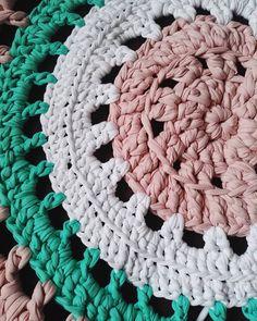 Dywan się dzierga ;) #carpet #tshirtyarncarpet #tshirtyarn #kottoon #yarnporn #crochet #crocheting #szydełko #szydełkowanie #handmadeinpoland #handmadedecor #floordecor #dywan #byhand #craftart #craft #rekodzieło #recznarobota #cutething #yarn #handmade #polskierekodzielo  #karolahandmade #crochetxxl #moderncrochet #inprogress #crochetstitch #szydełkowelove #crochetaddict #yarnaddict