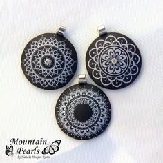 New silk screen art polymer clay Ideas Polymer Clay Kunst, Polymer Clay Pendant, Fimo Clay, Polymer Clay Beads, Handmade Polymer Clay, Polymer Clay Projects, Terracotta Jewellery, Play Clay, Mandalas