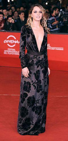 Festival del Cinema di Roma 2012 - Myriam Catania ha indossato un abito unico, in velluto broccato, con profondo scollo a V. Booties in camoscio nero, aperti in punta. Collezione Autunno-Inverno 2012-13. Gucci