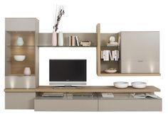 Diese Wohnwand von KUBO BESSER WOHNEN wird Sie begeistern! Das charmante Wohnzimmermöbel besteht aus einem Hängeschrank, einer Vitrine, einem TV-Element mit TV-Aufsatz, einem Wandboard und einem Regal. Ihre Wohnwand (B x H x T: ca. 325 x 196,9 x 41,2 bis 55,7 cm) besticht durch eine moderne Gestaltung, insbesondere durch eine harmonische Zusammenstellung von grauen und eichefarbenen Oberflächen. In Ihrem Hängeschrank und der Vitrine können Sie Ihr Geschirr oder Vasen aufbewahren. Auf d