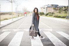 abrigo zara, zapatillas adidas, look casual, blusa, blog de moda, bloggera