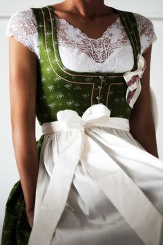 A pretty dirndl and a great blouse - jomei Cute Fashion, Fashion Outfits, Womens Fashion, Dirndl Blouse, Oktoberfest Outfit, Collection 2017, Outfits Damen, Mode Inspiration, Costume