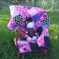 Such a sweet and sassy Minnie Mouse quilt! Cozy.......