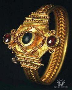 Amazing gold bracelets. #goldbracelets Modern Jewelry, Jewelry Art, Gold Jewelry, Jewelery, Fine Jewelry, Jewelry Design, Antique Rings, Antique Jewelry, Vintage Jewelry