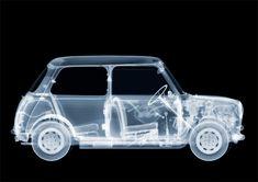 Nick Veasey gebruikt al jaren röntgen apparatuur als fotografie tools. Om deze plaatjes zo scherp te maken bestraalt hij zijn onderwerpen voor 12 minuten met radiatie. Een scan van een levend persoon mag om veiligheids redenen daarentegen maar een fractie van een seconde duren. De afbeeldingen van mensen zijn dan ook gemaakt door skeletten in rubber pakken te omhullen of door gebruik te maken van lijken die zijn vrijgegeven voor de wetenschap.