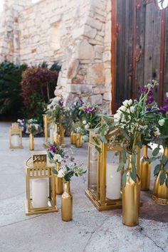 O dale a los faroles una capa fresca de pintura dorada, agrega velas y úsalos para marcar el camino a la fiesta.