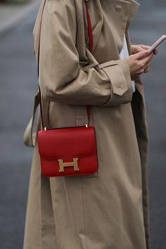 Ежевичный, малиновый и клубничный: как носить ягодные оттенки этой зимой | Журнал Harper's Bazaar Beige Trench Coat, Hermes Kelly, Fashion News, Casual Outfits, Street Style, Bags, Shopping, Berlin, November