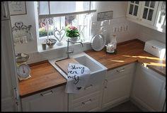 Countryside Kitchen, Country Kitchen, Küchen Design, House Design, Cosy Kitchen, Cocinas Kitchen, Farm Sink, Home Kitchens, Kitchen Cabinets