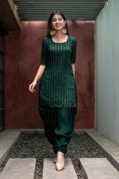 Casual Indian Fashion, Indian Fashion Dresses, Dress Indian Style, Indian Designer Outfits, Punjabi Fashion, Simple Kurti Designs, Kurta Designs Women, Patiala Suit Designs, New Kurti Designs
