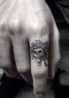 wolf finger tattoo finger tattoo pain ring tattoo designs finger design knuckle tattoo cover up hand finger tattoos Small Tattoos Men, Trendy Tattoos, Cool Tattoos, Tatoos, Hand Tattoos For Men, Hand Tats, Wing Tattoos, Large Tattoos, Tatto Skull